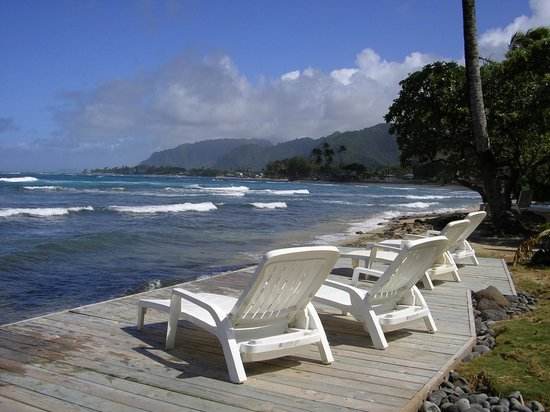 Hale Ko'olau : Oceanside deck with chaise lounge chairs