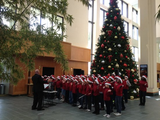 Hyatt Regency Grand Cypress: Christmas choir at the hotel main entrance