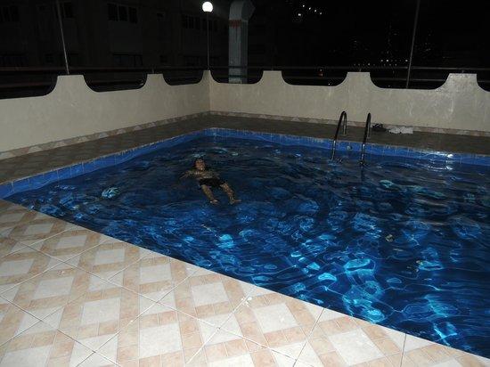 Hotel Covadonga: Disfrutando de la piscina de noche