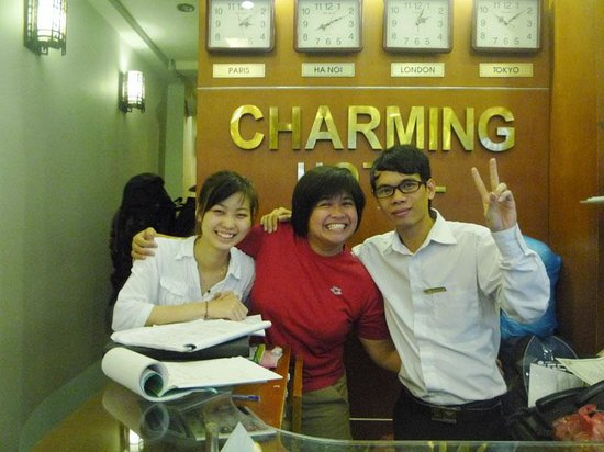 Hanoi Charming Hotel: Phuong and Huy at reception desk
