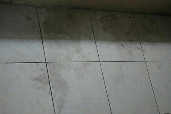 Lake Grace Villas: dirty uncleaned bathroom floors