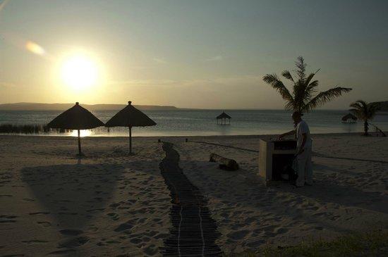Lagoa Poelela Resort: Spiaggia e barbecue