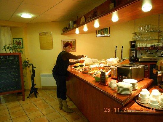 Armony Hotel : Mary preparando o café da manhã...
