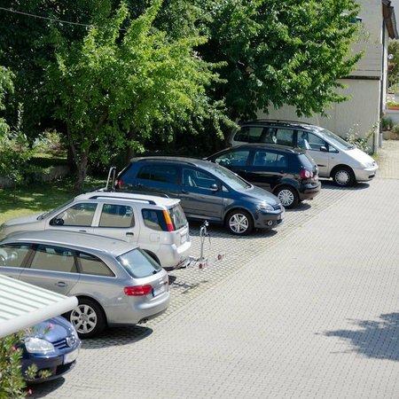 Pension Schreiber: Parkplätze im Hof