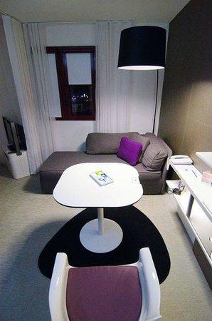 Novotel Suites Perpignan Mediterranée : Общий вид на комнату.