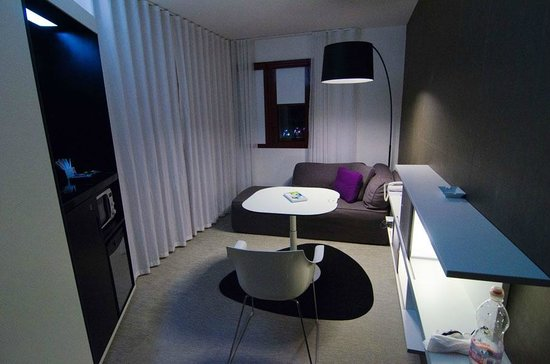 Novotel Suites Perpignan Mediterranée : Вид на комнату.