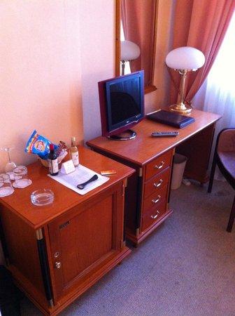 Ampir Belorusskaya Hotel: Маленький телевизор
