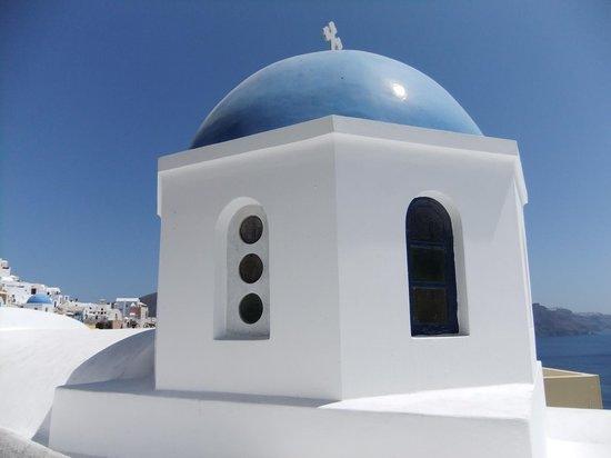 Oia, Grekland: malerisch weißes Gebäude mit hellblauer Kuppel
