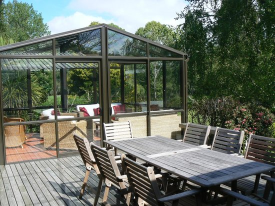 Mokoia Downs Estate B&B: Deck with sunroom in background