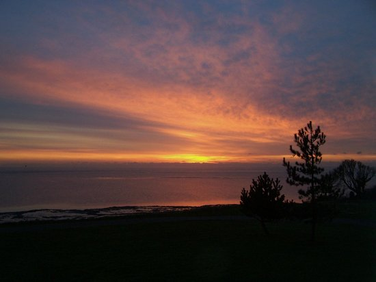 Warner Leisure Hotels Bembridge Coast Hotel: This was the sunrise as seen from our room