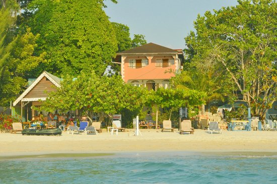 Secrets Cabins on Negril Beach : View of Secrets beach  -  the villa is not Secrets - bar is on the left.