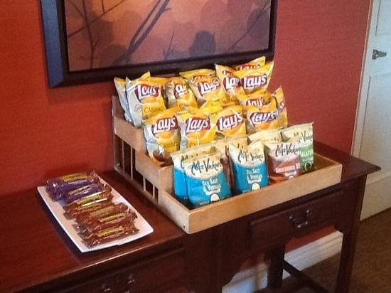 Sheraton Suites Old Town Alexandria: Club lounge chips