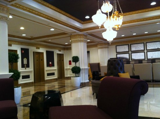 Hamilton Crowne Plaza Hotel: Hotel ground lobby