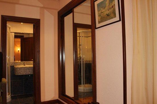 Hotel Castellano I: Peazo de armario acristalado