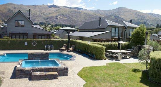 Wanaka Luxury Apartments: pool area
