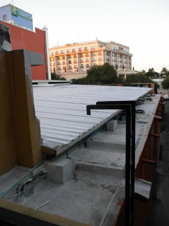 Holiday Inn Merida: vistas desde la habitación que da a la trasera y escalera  de acceso al tejado