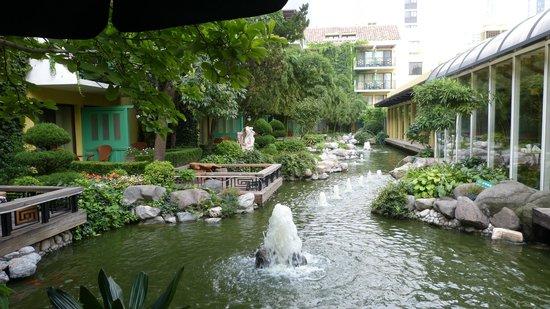 Beijing Jianguo Hotel: Jardin d'interieur