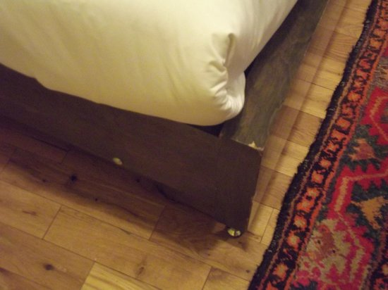 Gladstone Hotel: They really need to get rid of the corners on these beds; we injured our knees several times