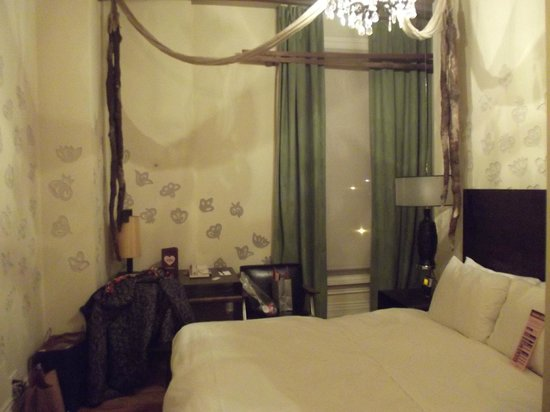Gladstone Hotel: Our 2nd bedroom - the one that leaked - Right above the desk.