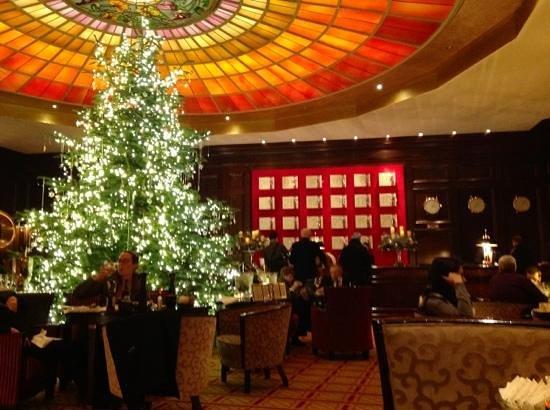 Hotel Vier Jahreszeiten Kempinski Munchen: Die Lobby ist Münchens schönstes Adventszimmer.