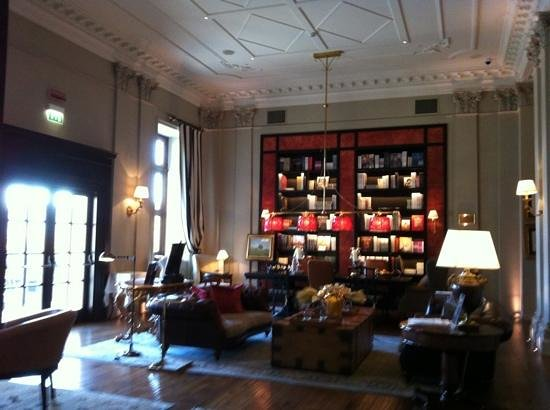 The St. Regis Florence: library at the lobby