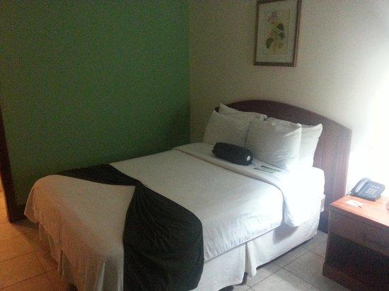BEST WESTERN Belize Biltmore Plaza Hotel: Großzüges Zimmer mit 2 Queen Size Betten