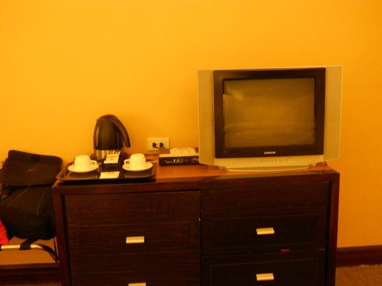 Days Hotel Iloilo: Old TV