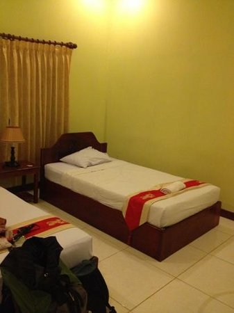 Sidewalk Never Die Hotel Siem Reap: double bed
