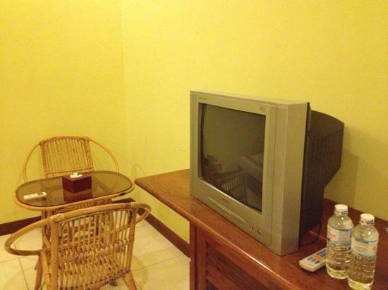 Sidewalk Never Die Hotel Siem Reap: tv and sitting area