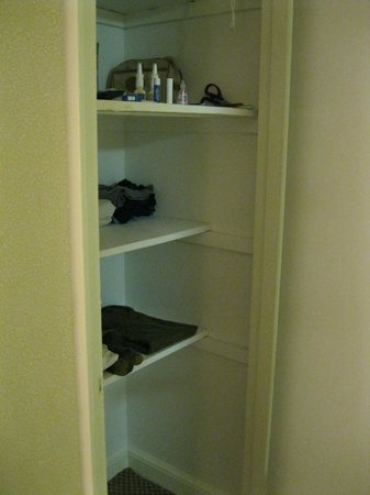 Virginian Suites Arlington: Closet across from bathroom, linen closet