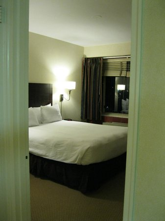 Virginian Suites Arlington: And another of bedroom.