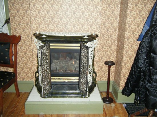 Amethyst Inn & Cottages: Beautiful warm fireplace