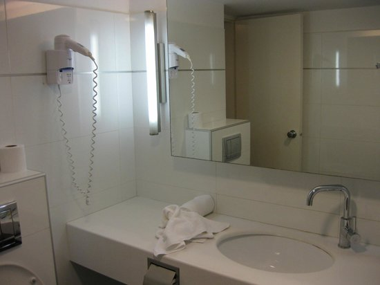 Seasons Netanya Hotel: Another view of the bathroom; hair dryer supplied.