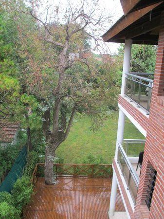 Apart Playa Serena: Vista lateral desde habitación en dia de lluvia