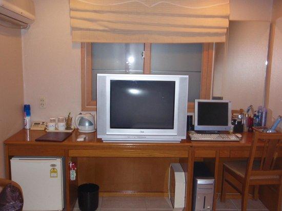 Hotel Angel: テレビとパソコン
