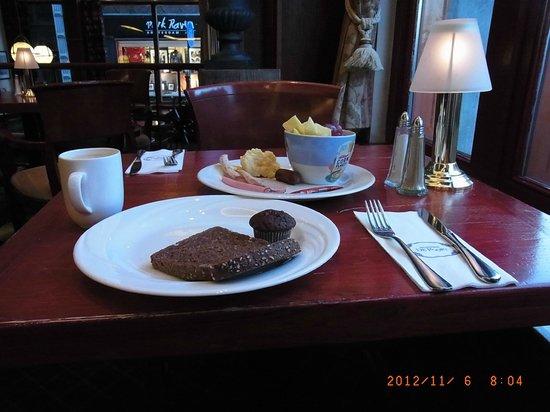 ディ ポート ファン クレーフ ホテル , 朝食は古い町並みを見ながらリッチに