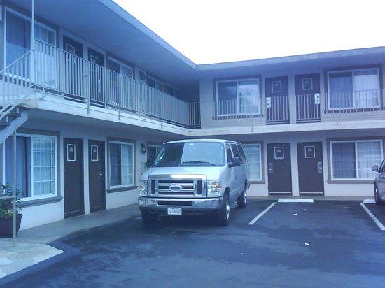 Hotel 414 Anaheim: Vista desde estacionamiento