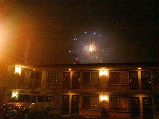 Hotel 414 Anaheim: Vista desde estacionamiento por la noche