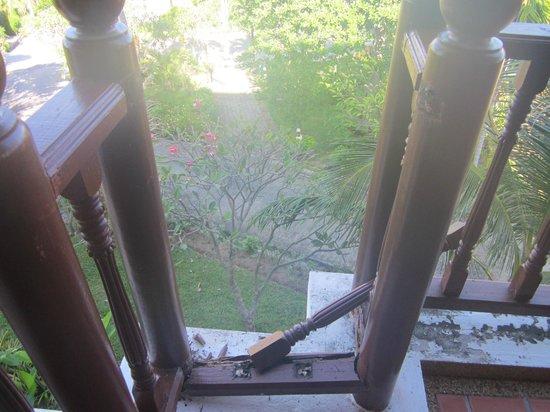 Q Signature Samui Beach Resort: dry rot affected balcony