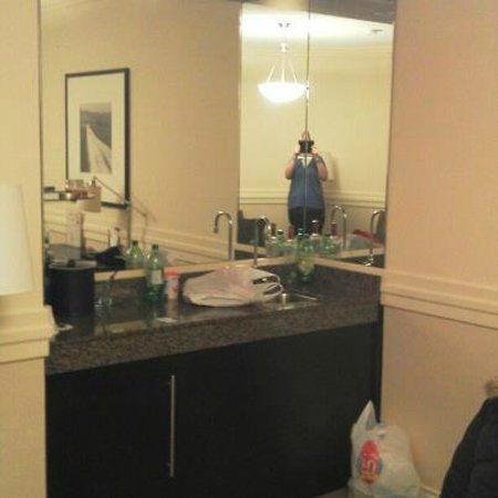 Delta Hotels by Marriott Edmonton Centre Suites: wet bar in living room
