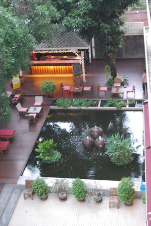 Feung Nakorn Balcony Rooms & Cafe: bar & koi pond
