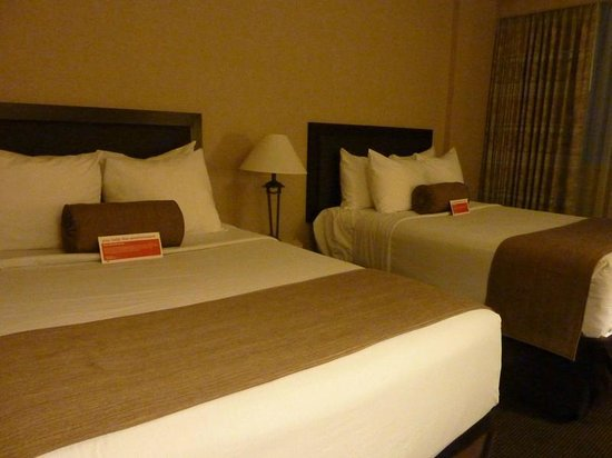 Ramada Calgary Downtown: Beds- small double bed on the right