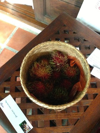 Poppies Samui: Daily tropical fruits - Rambutan, banana, oranges, apples