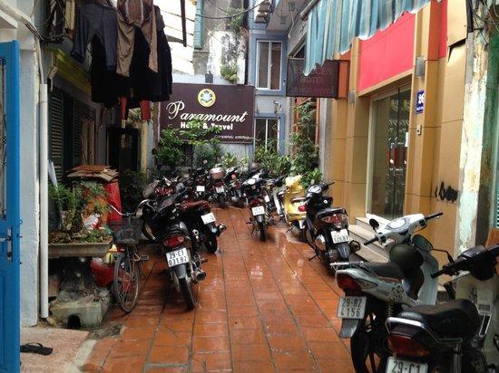 Paramount Hotel Hanoi: Sackgasse - hinten rechts ist das Hotel