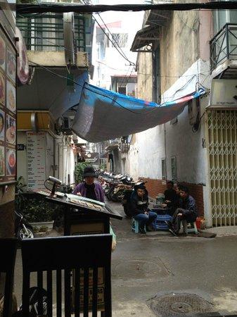 Paramount Hotel Hanoi: Aussicht von der Moom-Bar auf die Strasse zum Hotel