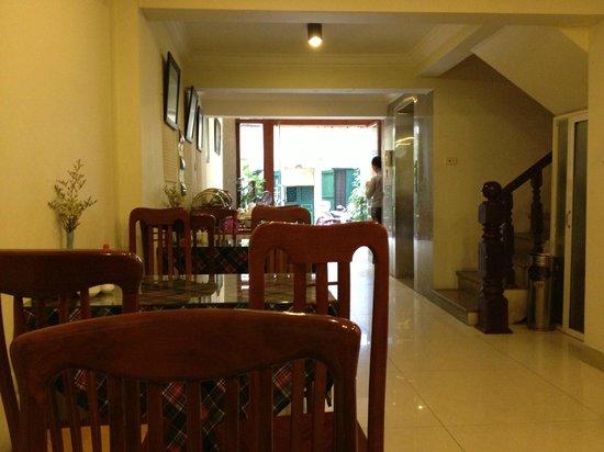 Paramount Hotel Hanoi: Speisesaal hiner der Lobby
