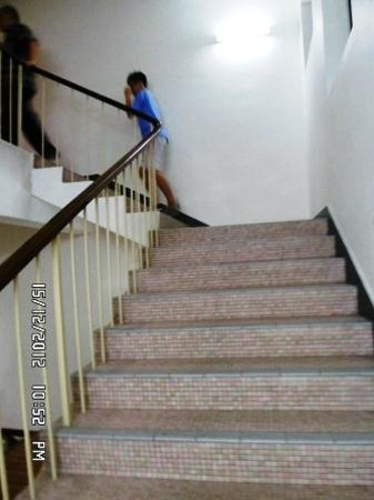 New Caspian Hotel: Stairs leading to guest rooms. Easy to climb as the staircase is wide and non-slippy.