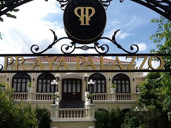 Praya Palazzo: Grand entrance: but standards drop inside