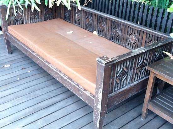 โรงแรมพระยา ปาลาซโซ: luxury pool lounger at praya pallazzo - where is the maintenance to justify the rackrate?