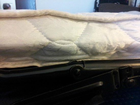 Fairfield Inn & Suites Lynchburg Liberty University: Worn out pull-out mattress